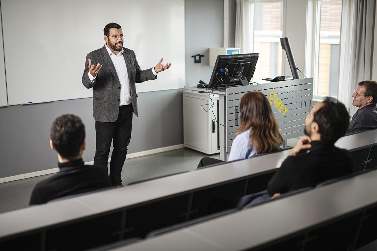 Professor i undervisning foran studenter