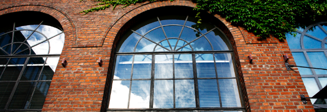 Forside bilder av rødt murbygg, runde vindu med bladverk