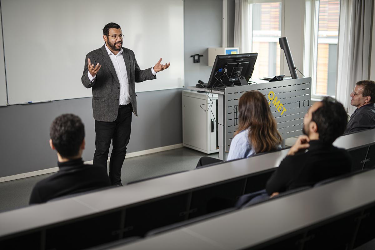Professor i undervisningssituasjon med gruppe av studenter