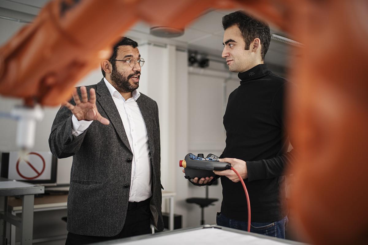 To kolleger i samtale over robot