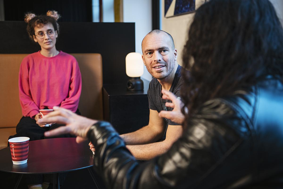 Tre kolleger i samtale