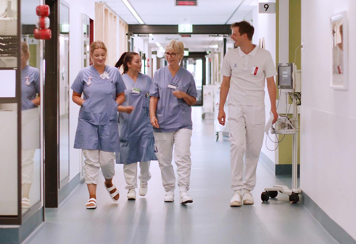 Neurokirurgen vårdpersonal går i korridor.jpg