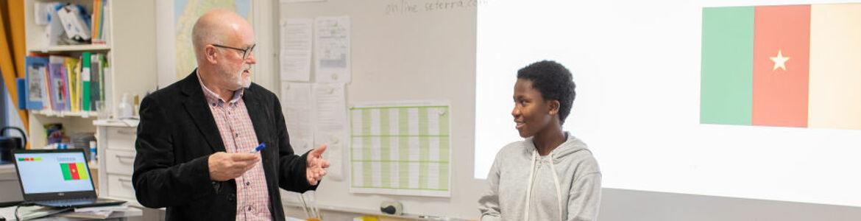 lärare och elev diskuterar.jpg