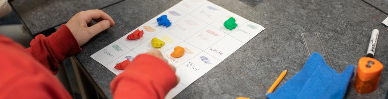 Barn leker m färger.jpg