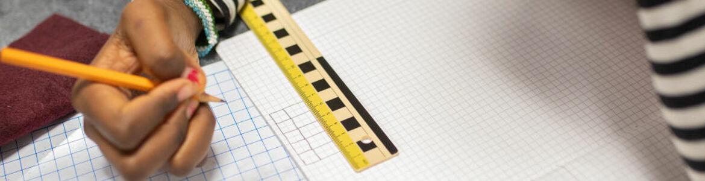 Elev håller penna.jpg