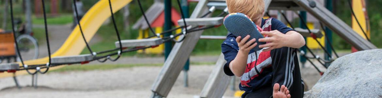 barn i lekpark.jpg