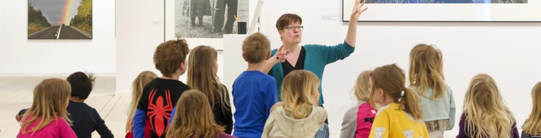 barn lysssnar på lärare.jpg