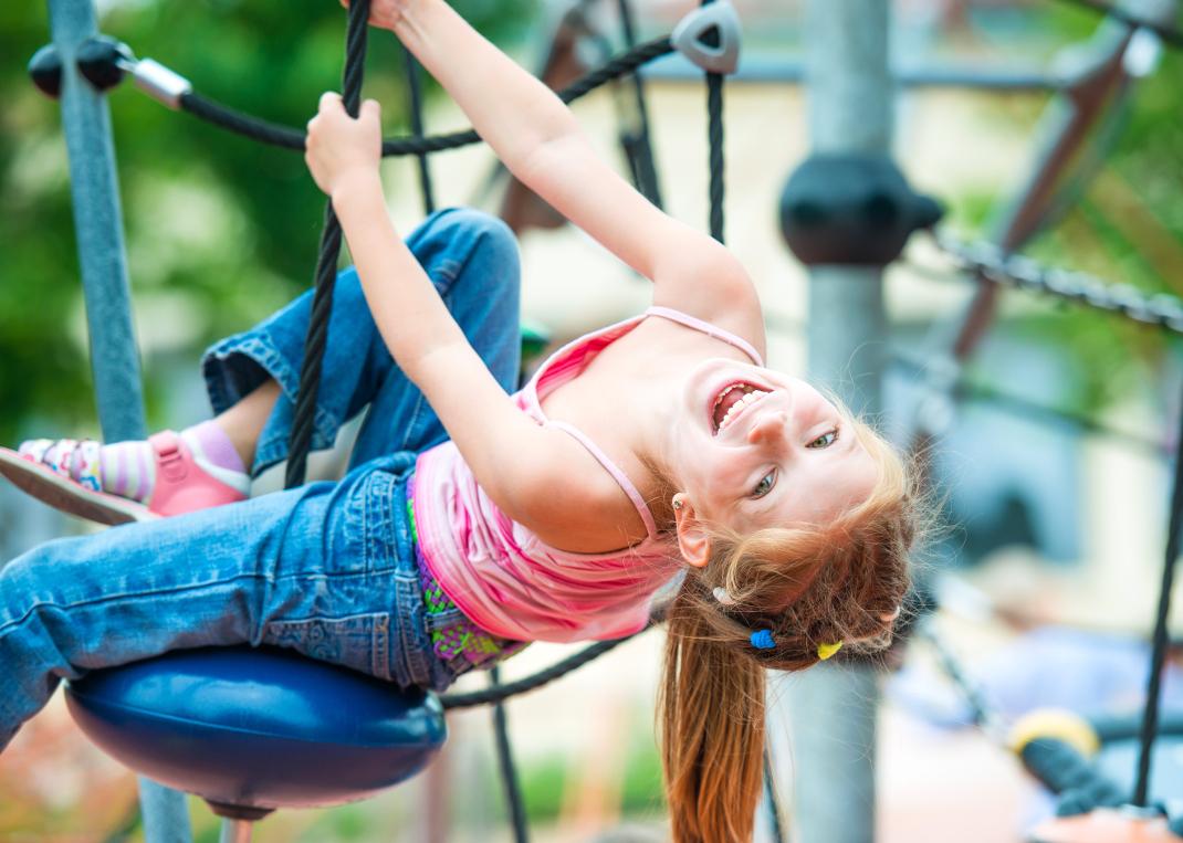 9882391-little-girl-on-a-playground liten.jpg