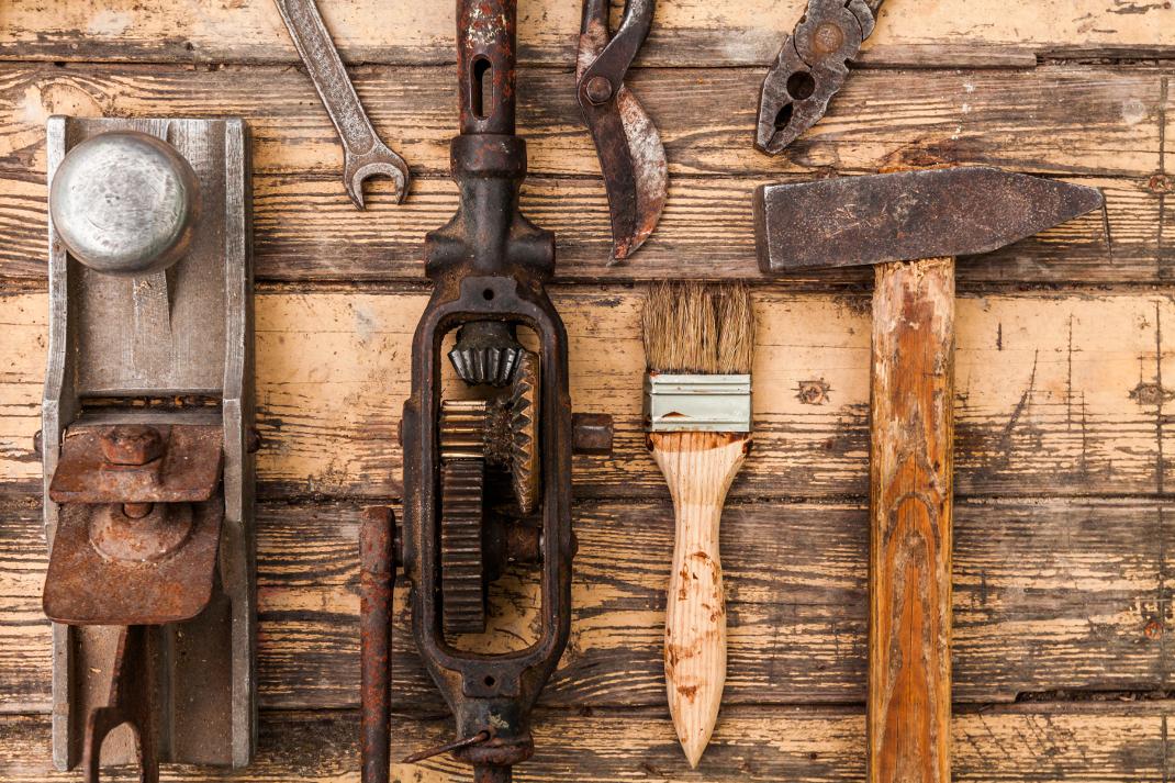 23752420-old-vintage-hand-tools-on-wooden-background liten.jpg