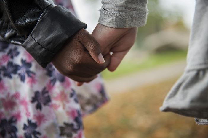 Barn som håller varandra i handen
