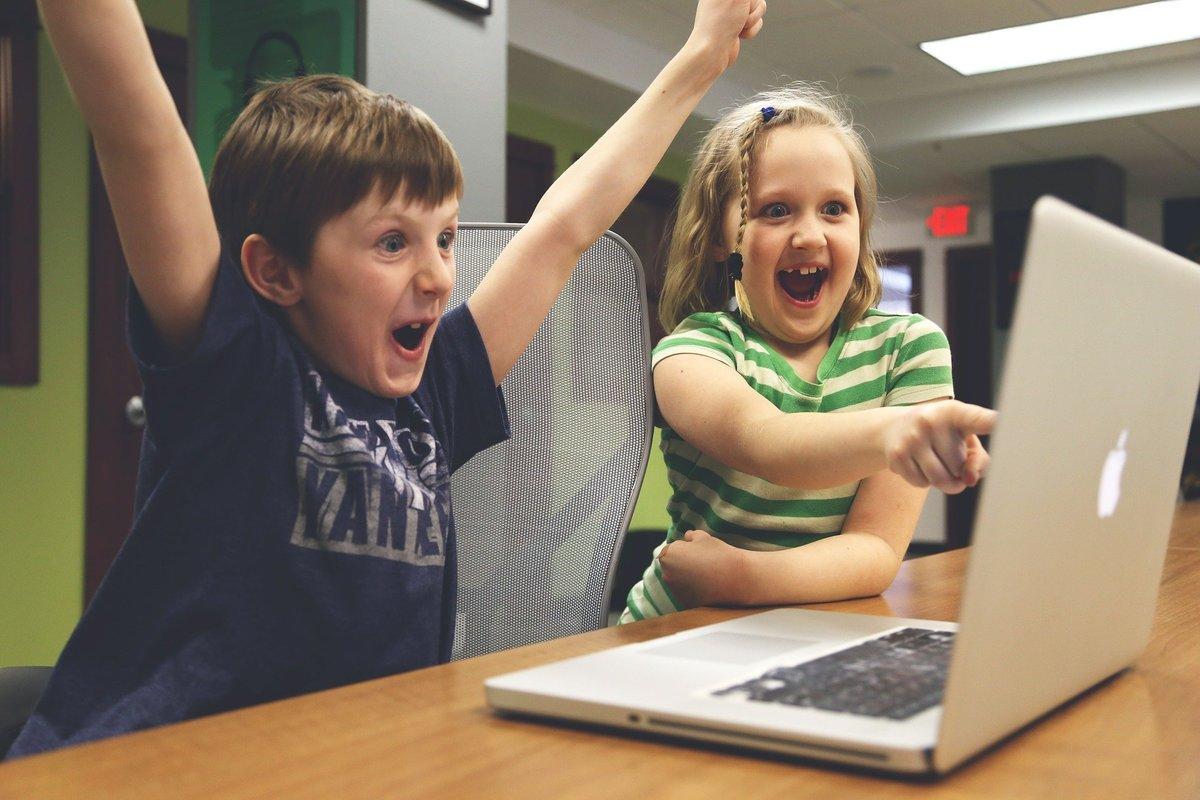 Skolelever med en dator